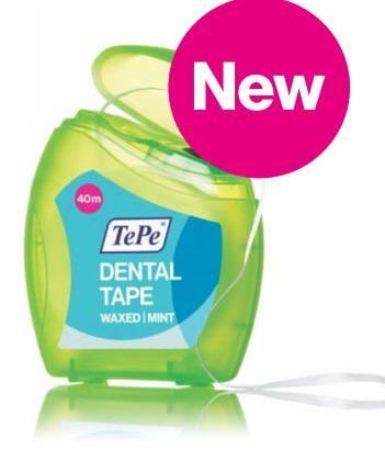 به آرامی کشیدن نخ دندان برای درمان حساسیت دندان