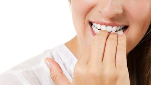 خوردن ناخن باعث خرابی دندان میشود