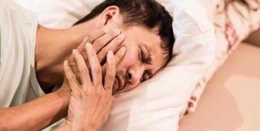 شکستگی دندان از علل دندان درد در شب