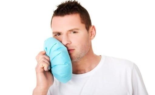 قرار دادن کیسه یخ روی دندانی که درد میکند برای درمان دندان درد شبانه