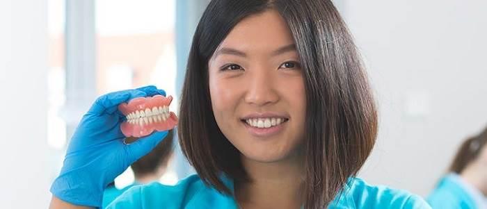 مراقبت از دندان مصنوعی: نحوه صحیح مسواک زدن و غذا خوردن