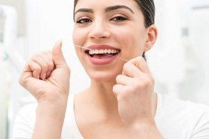 نخ دندان موم دار چه مزایا و معایبی برای سلامت دهان و دندان دارد؟